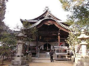 死別された人いますか? 58番札所‐仙遊寺  本堂  参拝を終了して、本堂裏の駐車場へ向かうと、丁度、大きなリュックを背負っ