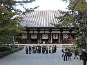 奈良が好きな人の、壁新聞!  雨上がりの大和路 修学旅行生で静寂とは程遠い西ノ京まで 薬師寺・  鑑真和上座像で知られる唐招提寺