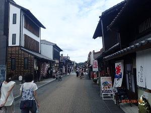 70歳 本気で腰痛(脊柱管狭窄症)の運動治療 犬山城本町通り 城下町です。この通りの光景を楽しみながらぶらりと歩いて進みます。通りの左右には城下町