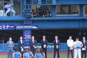 冗談しませんか! 筒香、月間MVP表彰式  踊る高城(左上)  ウルトラ大放屁