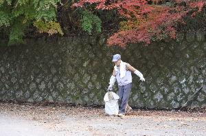 三丁目のアマチュア無線家たち もれは 89歳の元気な老人が 水源地の回りに 花を育てている(今来年の花壇準備中)方と話し込み 楽し