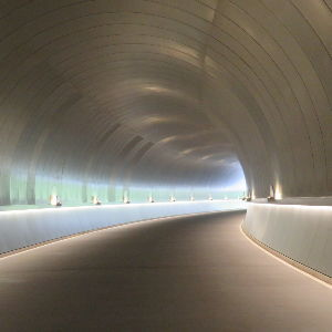 広い宇宙の何処かに   ミホミュージアムの トンネル