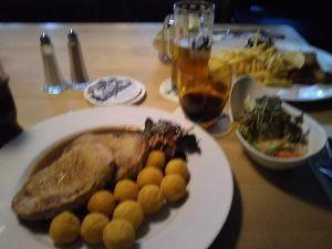 心を空っぽにして やっほ~~(^^)/ お昼食べた~~~  ちょうどこのレストランもお昼で、 地元のお客さんが食事しに