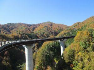 東京から中型バイクで行く平日ツーリング 奥多摩から塩山に抜ける大菩薩ラインを走ってきました 柳沢峠周辺は色づき始めて見事な景観です フレンド