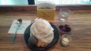 カンボジアへ行っちゃいました。 丸いのはマンゴーアイスで白いのはブランマンジェです。  ちなみに杏仁かき氷とコーヒーかき氷も食べに計