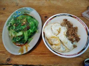 カンボジアへ行っちゃいました。 有名なルーロー飯は卵をトッピングして35ドル。 隣のやさいは30ドルです。