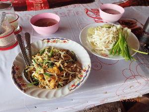 カンボジアへ行っちゃいました。 30バーツ 105円の焼きそば (パッタイ)です。 ミャンマーとの国境の街 メーソートの地元食堂 エ