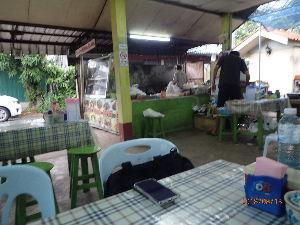 カンボジアへ行っちゃいました。 こんな感じの地元食堂 チェンマイから300㌔奥地のチェンライの街 でございます。