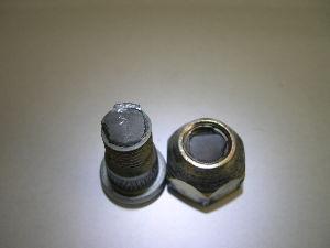 ハブリングの必要性について教えてください。 ハブリングは必須だと個人的には思います。  ハイエース・4WDのフロントのハブボルトが2度折れました