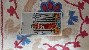 復縁できるか、占い.タロットお願いします これが復縁できた場合のカードです。  このカードは女性が縛られて目隠しをされて、足元もぬかるんでいる