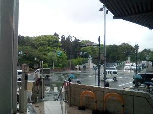 川越で おはようございます。  久し振りの雨降りですね。  今日は都心に来てます。  道路の向こうは皇居です