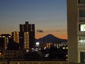 川越で 武蔵浦和のホームで撮影しました。  冬晴れで富士山が綺麗でした。