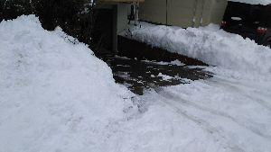 70才以上の部屋ですよ。 bibiさん、みなさん、こんにちは🎵  我が家の車庫前です。両側の小さな庭に雪を積みました。