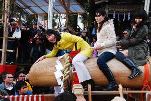 日本の総理安倍は危険極まりなく世界に通用しない。 SMバーを「汚らわしい」と評した     民主の菊田真紀子先生、     地元の祭で     巨大ち