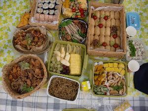 ☆ほのぼのしりとり家族誕生~Part2♪ 【おべんとう嬉しいな】  運動会のお弁当でした。 10人分のお弁当は安くても美味しい手づくりです。