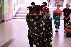 川西市周辺で女友達&彼女になってもいい方いませんか~ 池田市 阪急池田駅前で「獅子舞」があったので撮りました。 獅子舞を見たのは久しぶりだったので楽しい時