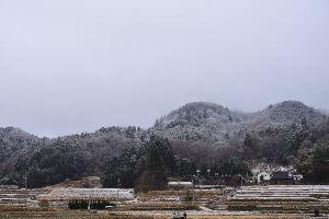 川西市周辺で女友達&彼女になってもいい方いませんか~ 大阪府豊能町 薄っすらと雪化粧をした山間の風景です。