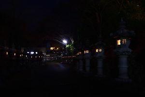 川西市周辺で女友達&彼女になってもいい方いませんか~ 池田市 寒山寺の参道の万灯篭です。 人通りが少なく神秘的な感じがしました。