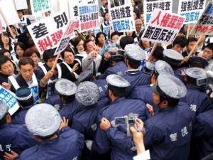 歩きスマホは社会の病巣 日本を敵視している韓国・北朝鮮・中国            によるテロに備えましょう!