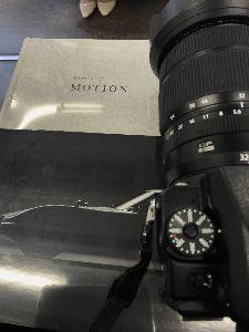 5237 - (株)ノザワ 購入した写真集、ザ ミュージアム オブ モーション ですね。 これ重いですね、横の私の中判デジカメフ
