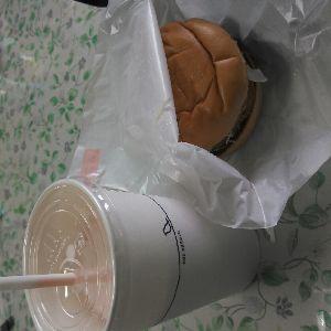 書き込み隊 お昼は〇〇バーガー  ひさしぶりのシェイクが美味しい~♪