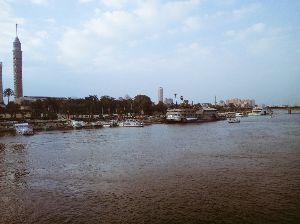 バンコクで一人暮らし始めました ナイル川だぁー(*゚▽゚*) 砂ぼこりが 😤スゲェェェ 空港も茶色〜 車も数時間で😱真っ白  カイ