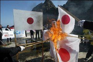 エライ!これぞ国会議員のかがみ! 「竹島で日章旗を燃やす」 この民族と共生出来ますか?    竹島で日章旗を燃やす朝鮮人(韓国人)