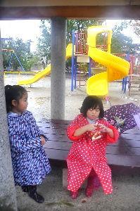 なんとなく写真 横の公園の女の子二人2、