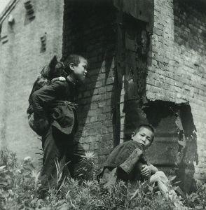 《 窓 梅 神 社 》 1946年(昭和21年)。東京・三宅坂の旧参謀本部跡。犬を背負ってる子供達です。 撮影した林忠彦は「