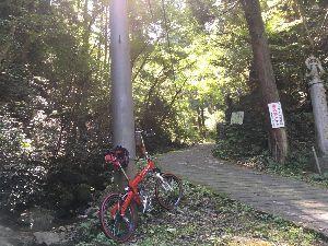 OO 自転車に乗ろう3 OO 予定どおりおからドーナツ仕込んで、高尾山のロープウェイの上で昼食休憩中!  人だらけで見晴らし台に近