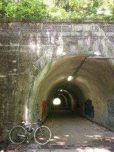 OO 自転車に乗ろう3 OO 高尾の駅前の手前から住宅地に入り、武蔵野御陵のそばから浅川に下りて、浅川CRで多摩サイを目指しまーす