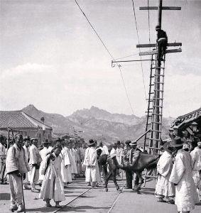 みんなの党はバブルを引起したいのか 2011年5月の韓国中央日報にて、  1901年4月頃にソウル市内で電信柱の修理すると題して、古い写