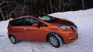 7201 - 日産自動車(株) 今は白いクルマに人気があるのかなー  ノートでも愛ちゃんのクルマはオレンジだよー  愛ちゃんが雪の中