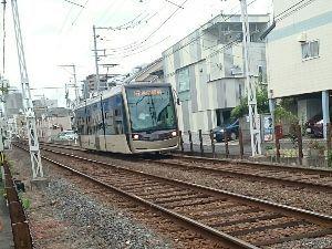 ベイスターズと鉄道、音楽のある風景 阪堺電気軌道天王寺線が走らせているバリアフリーの車輌です。 天王寺の他に恵美須町へ行く線があります。