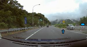 ドライブレコーダー 迷写真 東名の単独事故? 直前の大雨で、中央分離帯に突っ込んだようです。