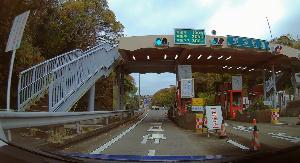 ドライブレコーダー 迷写真 通行料が100円なら、  無料にした方が人件費の節約になりそう。