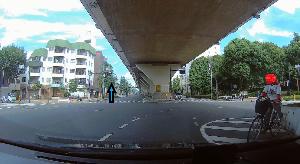 ドライブレコーダー 迷写真 右折時に自転車が出てきました。  右折可能信号が出て動き出したら、 右折車線も含めて4車線ある交差点