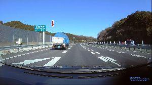 ドライブレコーダー 迷写真 ↓13 「高速3車線の追い越し車線を100kmに届かないスピードで走る」のは、 煽られて避