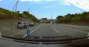 ドライブレコーダー 迷写真 高速道で、覆面パトに捕まる。  この警官の様子だと、 納得ぜずに、パトに載ろうとしないドライーバー。