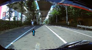 ドライブレコーダー 迷写真 自転車少年の逆走。 右折レーンも含めて、4車線で中央分離帯もある幹線道路。