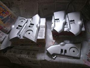 刀 元気ですか! 集めていた割れたりキズついたサイドカバーなんかを修理して塗装しています。 乾いてステッカーを貼ったら