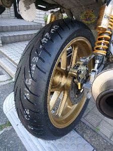 刀 元気ですか! カタナのタイヤを換えました。 BSのT31です。 雨の日のグリップが良いそうなので期待してます。