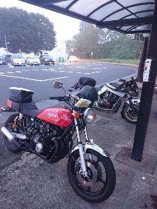 刀 元気ですか! ツーリング中、談合坂で雨宿り! 偶々隣り合わせになったGS750の方と暫しバイク談義。こういうのもツ