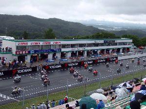 福島県を走ろう  > 菅生でバイクレース観戦してきました。 > 朝から雨ザアザアでしたが、さすがプロライ