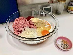 日本為替協会埼玉支部の社員食堂で愛を叫ぶ❗ こんな感じだで。。。 これからまぜまぜコネコネして ぱんぱんするだで。。。  あと、ポテサラと、きゅ