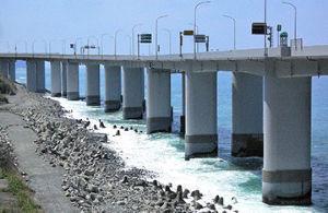 4611 - 大日本塗料(株) 日本海の荒波が証明した耐久性   コンクリート構造物の保護工「レジガードシステム」  北陸自動車道
