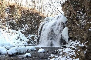 野草に関する情報をお寄せください! 毎年恒例寒い時期の浅間大滝も見に行ってきました。 この滝は昨年ミステリーツァーの対象になり狭い駐車場
