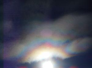 気象予報士を目指してる人いませんか? みなさま、こんばんは。昨日(8月17日)の午後に見えた彩雲です。 良く見ると光環のようにも見えます。