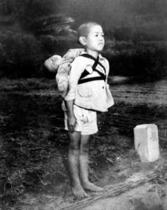 孤高の勝負師 「順番を待つ少年」 死んだ弟を背中におぶって、荼毘の順番待ちをしている少年の裸足には、それほどの感は