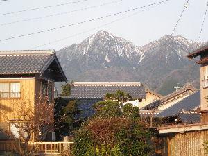 鈴鹿山系 昨日の朝は寒くて御在所岳にも雪が掛かってました。 今日はポカポ陽気で4月下旬並みの気温らしく、 これ
